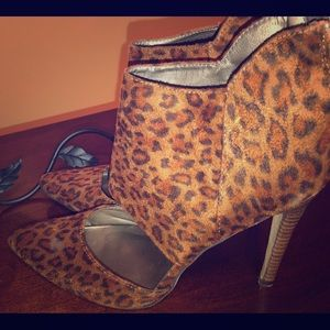 Michael Antonio animal print pumps